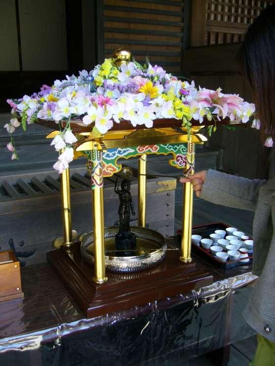 Hanamatsuri dans un temple au Japon