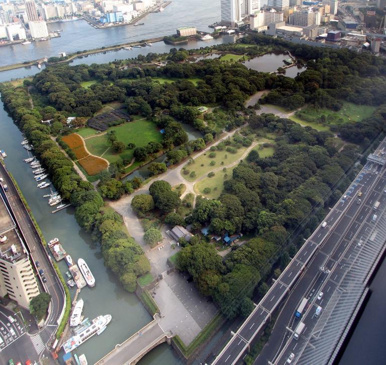 Les jardins du Hamarikyû vus depuis un building de Shiodome