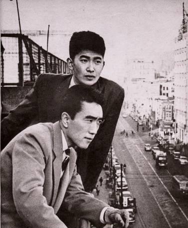 Shintaro Ishihara (deuxième plan) et Yukio Mishima (premier plan) en 1956
